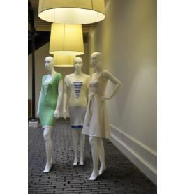 Abstracte damesfiguren van merk gruppo corso in 3 posities