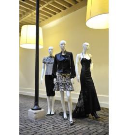 Abstracte damesfiguren van merk gruppo corso in drie posities