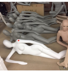 Dames etalagepoppen liggend grijs/wit merk Pucci