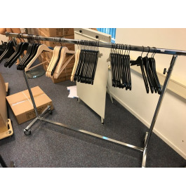 Gebruikte kledingrekken op wieltjes