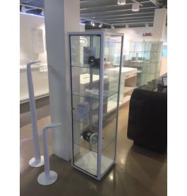 Showroommodel glazen glossy witte vitrinekast smal op wielen