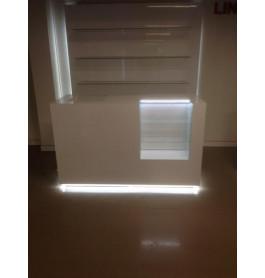 glossy witte toonbank met vitrineglas en verlichting