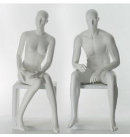 Set van twee zittende etalagepoppen van het merk gruppo corso